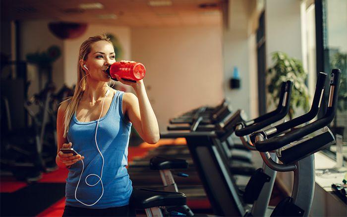 femme buvant eau sport