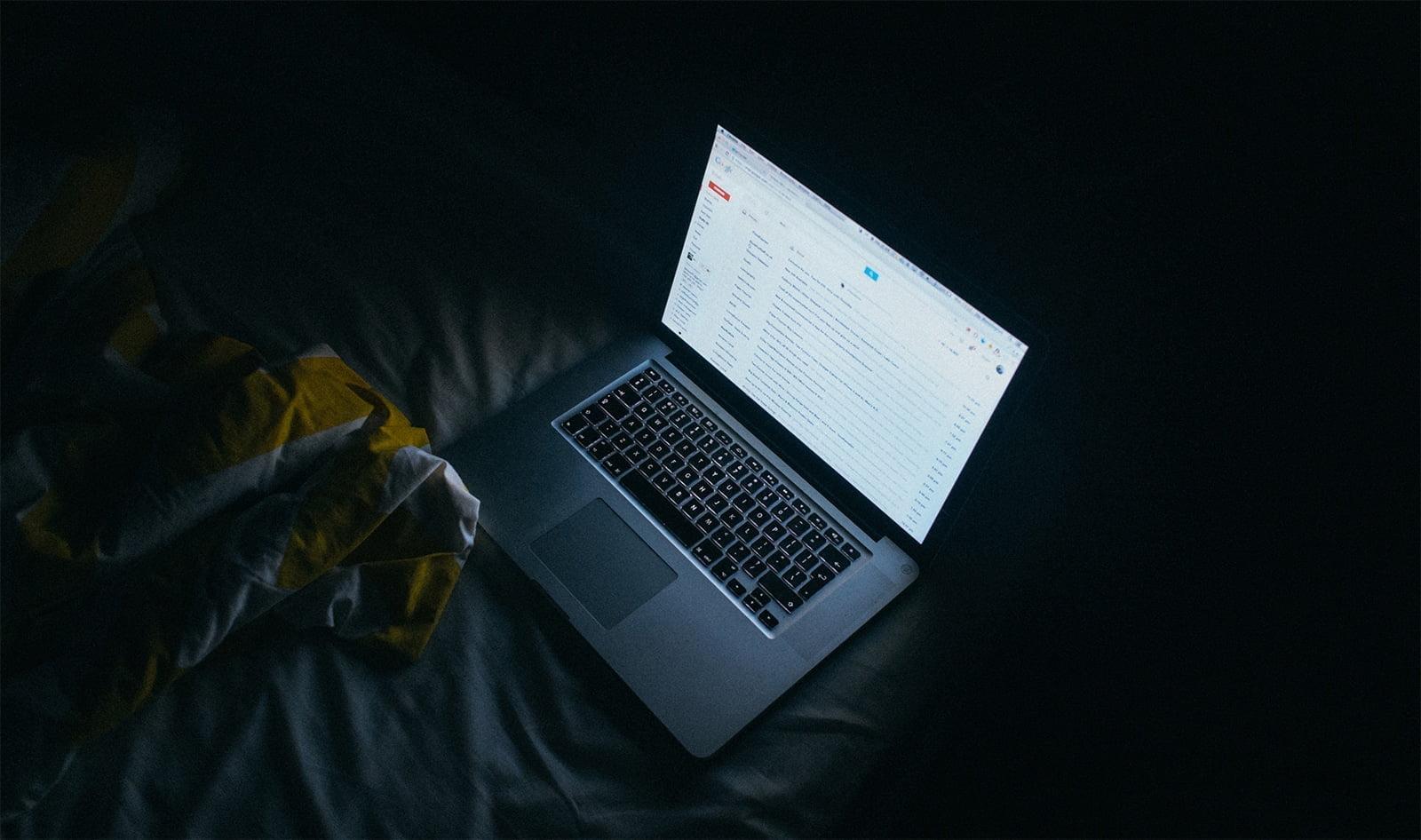 lumière bleu d'un écran d'ordinateur dans le noir
