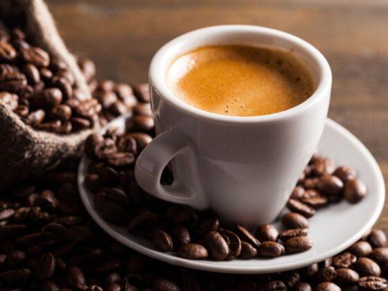 grains et tasse café expresso