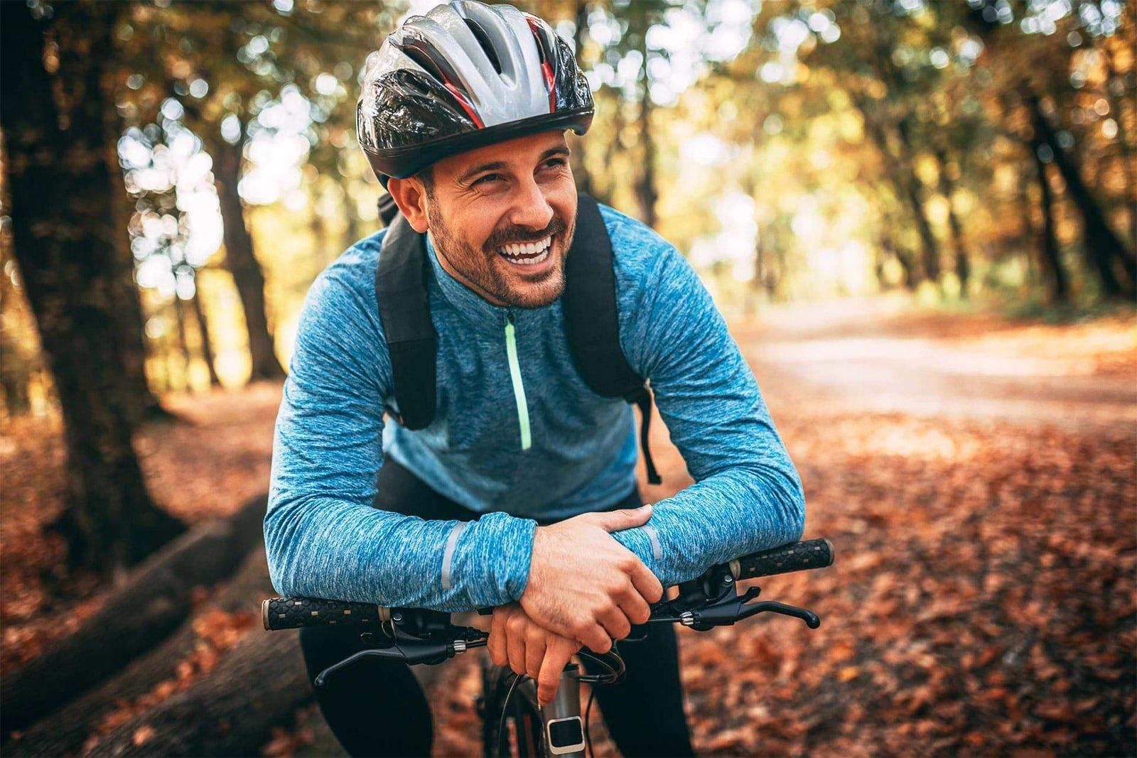 homme sourire vélo automne
