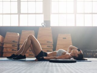 femme surentraînée allongée au sol