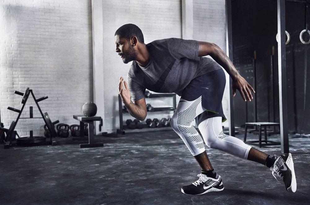 homme faisant un sprint avec tenue Nike