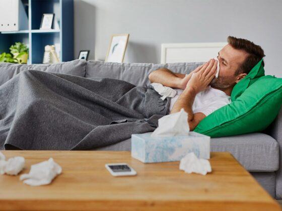 homme malade grippe allongé