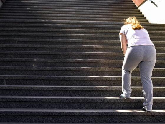 femme obèse escalier