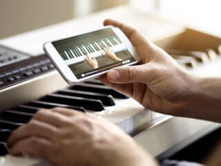 apprendre un instrument de musique seul